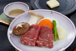牛肉の陶板焼きの写真素材 [FYI01692213]
