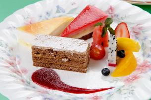 果物とケーキのデザート盛り合わせの写真素材 [FYI01692217]