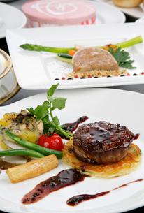 フィレステーキの野菜添え,赤ワインソースの写真素材 [FYI01692226]