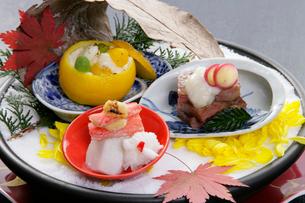 和食イメージ 蟹と肉料理とゆずの前菜盛り合わせの写真素材 [FYI01692278]