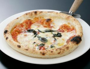 バジルとトマトのピザの写真素材 [FYI01692281]