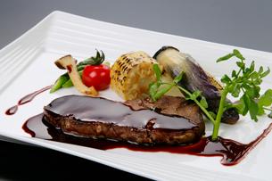 サーロインステーキの赤ワインソースの写真素材 [FYI01692313]