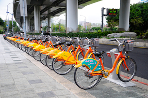 街中のレンタル自転車置場の写真素材 [FYI01692328]