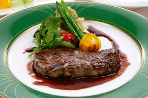 牛ステーキ肉の野菜添えの写真素材 [FYI01692349]