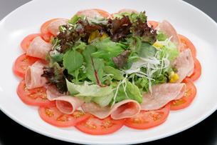 ハムとトマトの生野菜,サラダの写真素材 [FYI01692350]