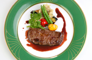 俯瞰から見た牛ステーキ肉の野菜添えの写真素材 [FYI01692387]