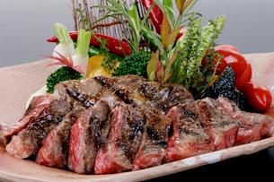牛ステーキの盛り合わせ 野菜添えの写真素材 [FYI01692392]