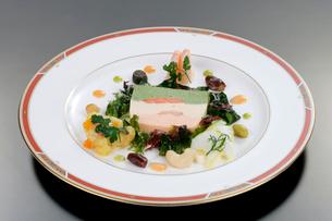 魚のテリーヌと海鮮の盛り合わせの写真素材 [FYI01692399]