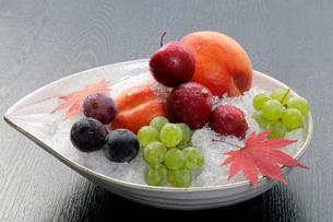 秋の味覚イメージ 桃とぶどうの写真素材 [FYI01692405]