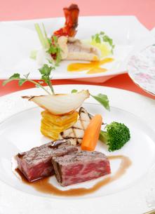 牛ステーキ肉の野菜添えの写真素材 [FYI01692415]