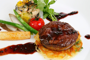 フィレステーキの野菜添え,赤ワインソースの写真素材 [FYI01692433]