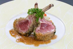 骨付き子羊の肉の香草焼きの写真素材 [FYI01692457]