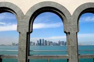イスラム芸術博物館の建物から見た海とビル群の写真素材 [FYI01692555]