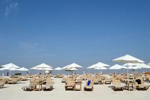 シルバニヤス島の砂浜のパラソルとデッキチェアの写真素材 [FYI01692565]