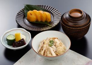 秋の味覚イメージ 松茸ご飯と柿の和食御膳の写真素材 [FYI01692583]