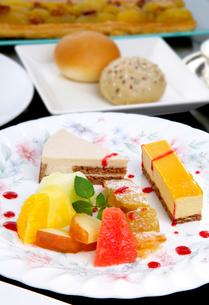 デザートの盛り合わせ季節の果物の写真素材 [FYI01692614]