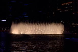 ラスベガスのホテルの夜の噴水ショーの写真素材 [FYI01692686]