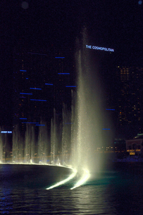 ラスベガスのホテルの夜の噴水ショーの写真素材 [FYI01692750]