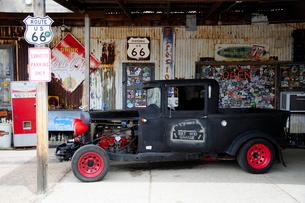 ヒストリックルート66アンティークな店のクラシックカーの写真素材 [FYI01692759]