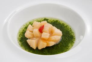 ホタテ貝のクコの実添え中華料理の写真素材 [FYI01692839]