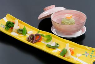 前菜春の山菜料理の写真素材 [FYI01692843]