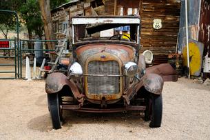 ヒストリックルート66アンティークな店のクラシックカーの写真素材 [FYI01692858]