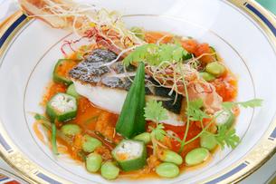 焼き魚の皿盛り野菜添えの写真素材 [FYI01692893]