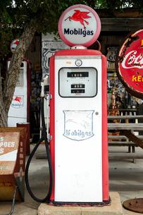 ヒストリックルート66アンティークな店のクラシックなガソリンポンプの写真素材 [FYI01693025]