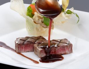 牛肉の赤ワインソ-ス掛けイメージの写真素材 [FYI01693027]