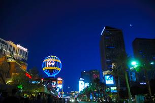 ラスベガスの街の夜景の写真素材 [FYI01693084]