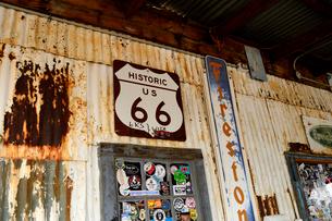 ヒストリックルート66のアンティークな店の看板の写真素材 [FYI01693090]