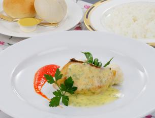 魚のプールブランソース野菜添えの写真素材 [FYI01693098]