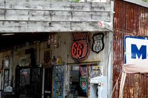 ヒストリックルート66のアンティークな店の看板の写真素材 [FYI01693121]