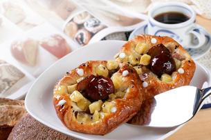 芋と栗のデニッシュパンの写真素材 [FYI01693147]