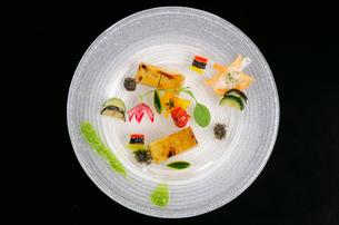 俯瞰から見た洋食料理の写真素材 [FYI01693189]