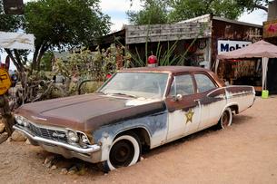 ヒストリックルート66アンティークな店のクラシックカーの写真素材 [FYI01693198]