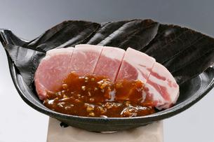 豚肉の朴葉みそ焼きの写真素材 [FYI01693215]