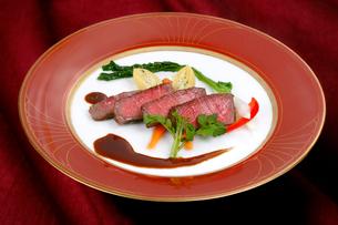 牛ステーキ肉のブラウンソース野菜添えの写真素材 [FYI01693223]