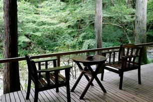 自然の中にある椅子とテーブルの写真素材 [FYI01693458]