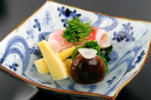 金目鯛、竹の子の煮物木の芽添えの写真素材 [FYI01693460]