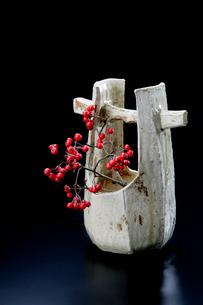 陶器とカマツカの赤い実の写真素材 [FYI01693646]