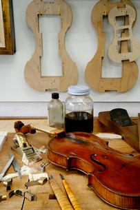 ヴァイオリンの修理工房の写真素材 [FYI01693657]