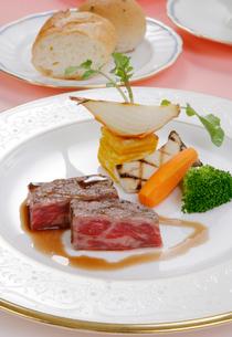 牛ステーキ肉の野菜添えの写真素材 [FYI01693665]