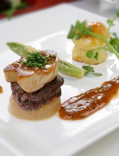 フォアグラと牛肉の写真素材 [FYI01693697]