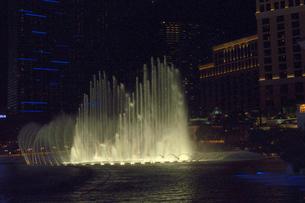 ラスベガスのホテルの夜の噴水ショーの写真素材 [FYI01693705]