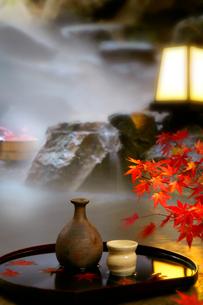 秋の露天風呂の写真素材 [FYI01693724]