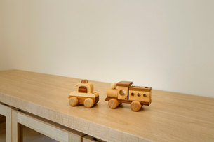 サイドボードに乗せた木製の車のおもちゃの写真素材 [FYI01693728]