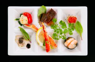 俯瞰から見た洋食料理の写真素材 [FYI01693735]