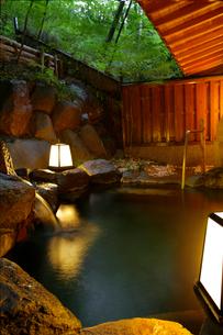 新緑の露天風呂の写真素材 [FYI01693738]