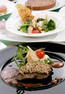 牛ステーキ肉のデミグラスソース野菜添えの写真素材 [FYI01693767]